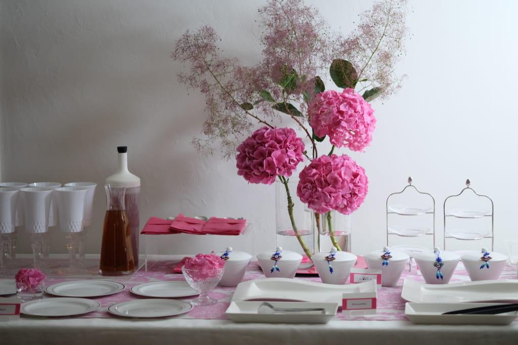 ホームパーティー ビュッフェスタイル テーブルコーディネート ピンク ホワイト